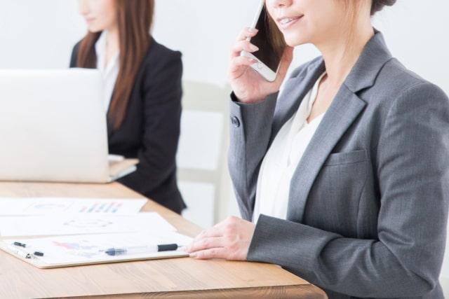 女性が電話をしているイメージ