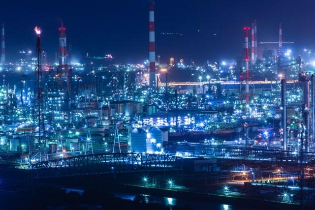 夜の製造工場現場