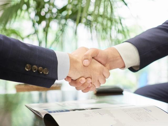 握手をしている男性二人