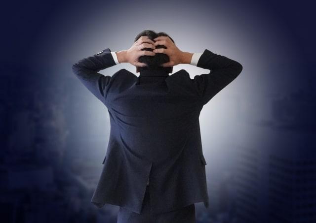ビジネスマンが苦悩しているイメージ
