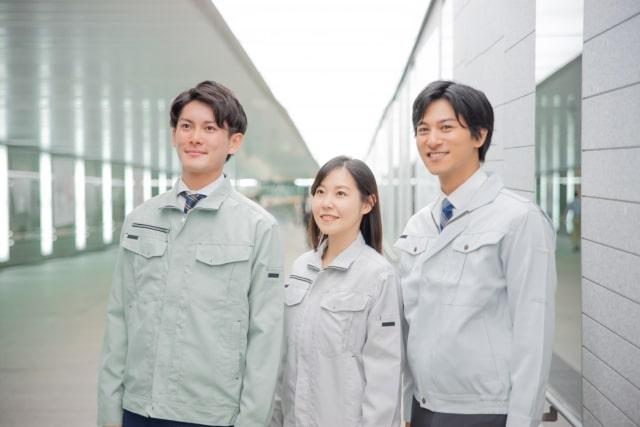 作業着を着た男女