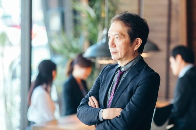 ビジネスキャリアを構築するミドル男性