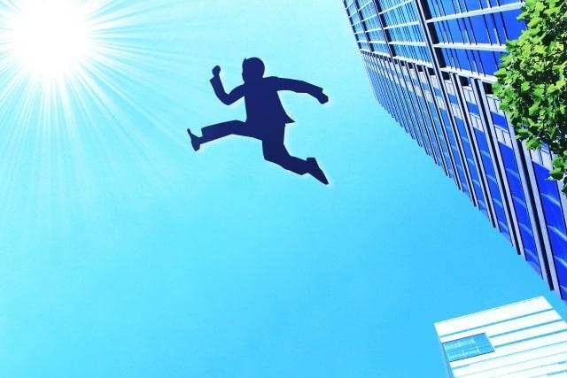 空を飛ぶビジネスパーソンのイメージ